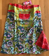 Multi Asha long reversible snap skirts, adjusts to your size and comes with a removable zippered pocket. 56 cm long. 799:-