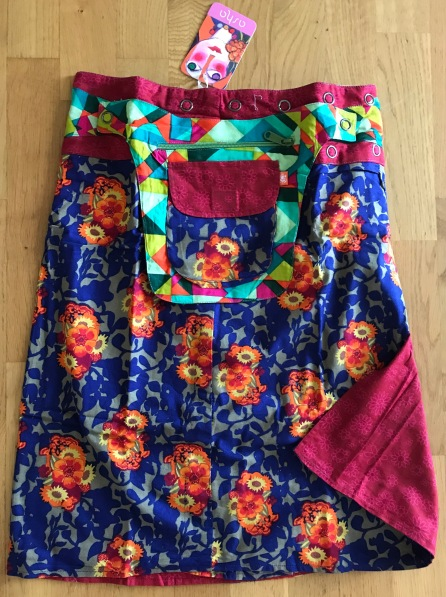 Blue Asha long reversible snap skirts, adjusts to your size and comes with a removable zippered pocket. 56 cm long. 799:-