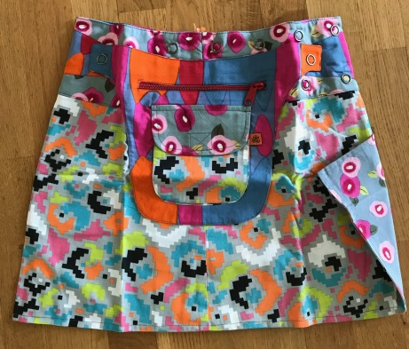Mixed Asha short reversible snap skirts, adjusts to your size and comes with a removable zippered pocket. 38 cm long. 699:-