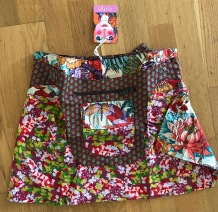Multi Asha short reversible snap skirts, adjusts to your size and comes with a removable zippered pocket. 38 cm long. 699:-