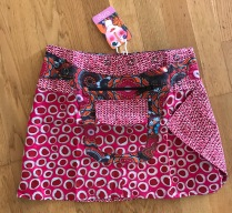 Red Asha short reversible snap skirts, adjusts to your size and comes with a removable zippered pocket. 38 cm long. 699:-