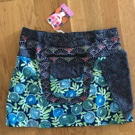 Blue Asha short reversible snap skirts, adjusts to your size and comes with a removable zippered pocket. 38 cm long. 699:-