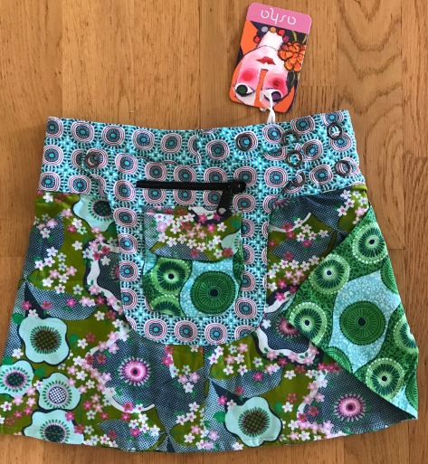 Multi Kids Asha reversible snap skirts, adjusts to your size and comes with a removable zippered pocket. 29 cm long. 499:- (4-10years)
