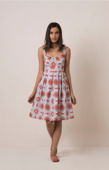 MIRANDA DRESS Sweet little 50's dress with empire waist, gauze lining and elasticated back. 100% cotton and handmade with pride in India. Some color variations may occur due to the natural dying process. 799:- size S M & L Red