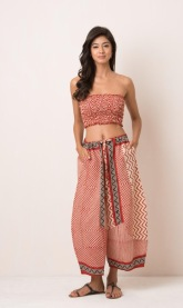 RED GINZA PANT Wide leg Japanese-style pant with block print, drawstring and pockets. 100% cotton and handmade with pride in India. Some color variations may occur due to the natural dying process. 899:- onesize