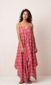 HAVELI DRESS Beautiful boho sundress. Maxi length with handkerchief hem and spaghetti straps. 100% cotton and handmade with pride in India. Some color variations may occur due to the natural dying process. 899:- Onesize