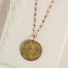 149:- (299:-) Metal Medallion Necklace Add instant flair to a plain top with this double-sided brass medallion. Generous length chain has colorful red accents and is perfect for layering with any of our shorter necklaces. Pris:299:-