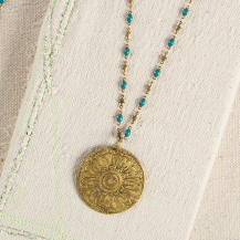 Turquoise Metal Medallion Necklace Add instant flair to a plain top with this double-sided brass medallion. Generous length chain has colorful turquoise accents and is perfect for layering with any of our shorter necklaces. Pris:299:-