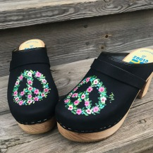 Black Flower peace Ultimate high clogs